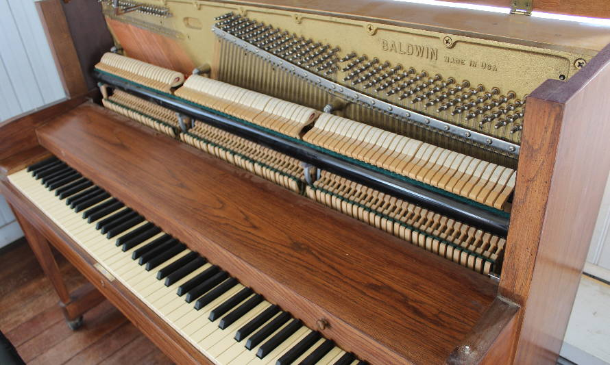 Casona Cultural de Panguipulli recibió piano donado por Fundación Notes for Growth
